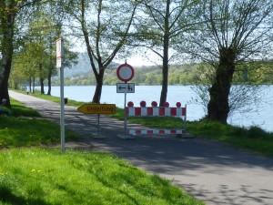 Der Radweg ist im Bereich der Baustelle für Fußgänger und Fahrradfahrer gesperrt.