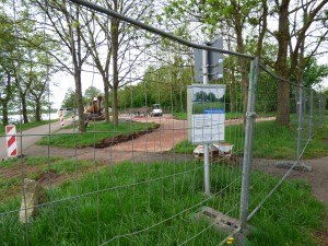 Hinter dem Bauzaun entsteht der neue Spielbereich am Moselufer.