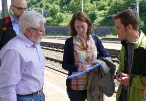 Katarina Barley beim Unterzeichnen der Unterschriftenliste zum barrierefreien Ausbau der Bahnstation.