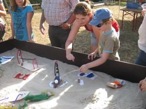 Die Kinder erklären ihre Ideen der neuen Spielgeräte, die sie als Modell gebaut haben.