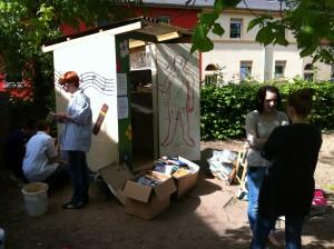 Das Dream Team bei der Arbeit an der GiveBox.