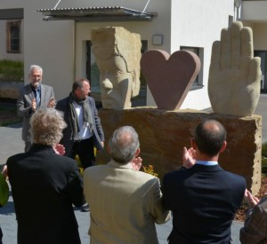 Bürgermeister Dr. Karl-Heinz Frieden und der Künstler  Jürgen Waxweiler stellen das Kunstwerk der Öffentlichkeit vor.